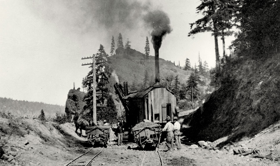 A steam shovel in use in 1915